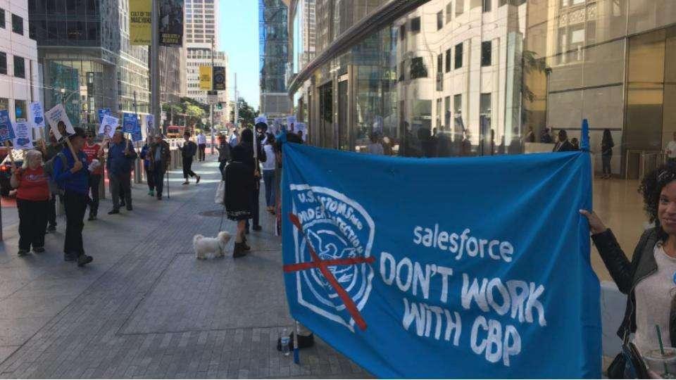 Empleados de Salesforce protestando porque la empresa está colaborando con el CBP