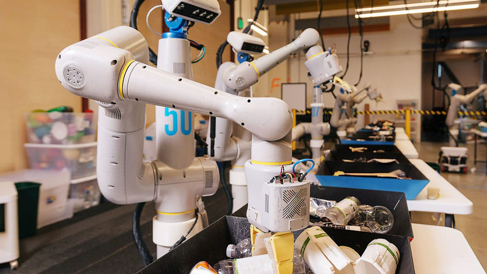 Robots de Project X de Google Alphabet separando basura