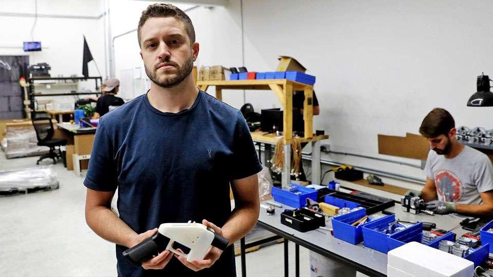 Cody Wilson en una fábrica casera de armamento 3D