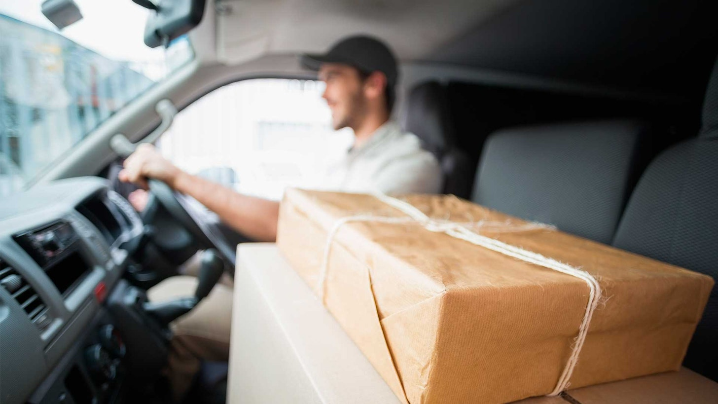 transportista llevando paquetes en la última milla de una tienda online
